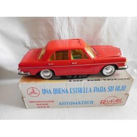 Antiguo Mercedes 250-S de Rico en caja en color rojo. Salvaobtaculos.