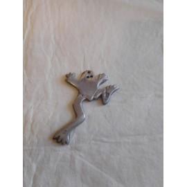 Pieza de metal con forma de rana para llevar como colgante de la suerte.