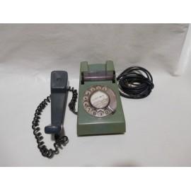 Teléfono inglés retro años 60.  En verde militar.