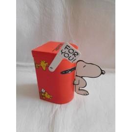 Bonita caja para guardar tesoro de Snoopy con forma de buzón.