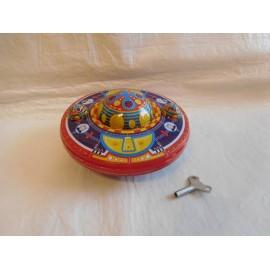 Ovni de hojalata fabricado por WELBY 2002 en hojalata. Con llave.
