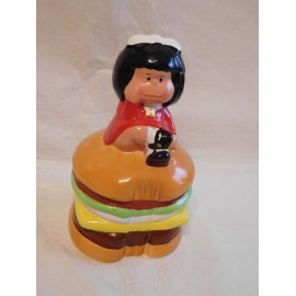 Hucha de Mafalda licencia Quino sentada en hamburguesa.