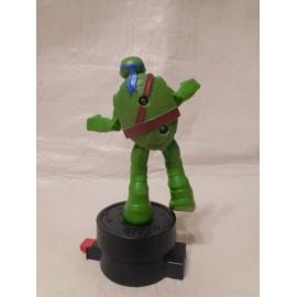 Magnifica figura Tortugas Ninja móvil. Con pulsador. Gira y pega una patada.