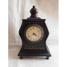 Reproducción de antiguo reloj en madera. Mecanismo moderno con pila.