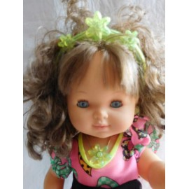 Preciosa Muñeca de Jesmar con diadema y colgante en verde. Desconozco como se llama.