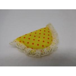Almohada barríguitas original amarilla con topos naranjas.