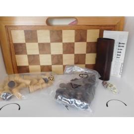Magnifico juego tallado en madera de Ajedrez, Damas y Backgammon. Nuevo.