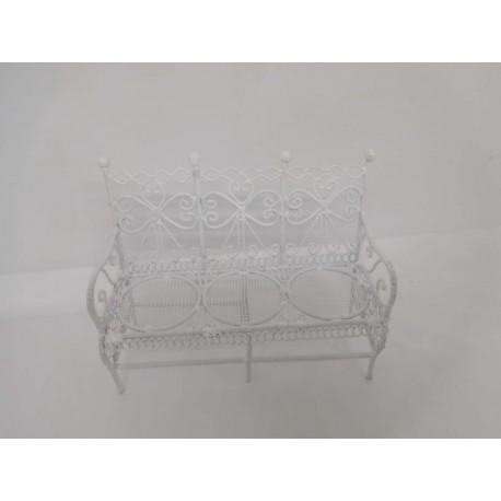 Mueble banco metálico en blanco, jardín. Casa de muñecas.