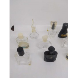 Lote de 17 miniaturas de perfume. Todas vacías.