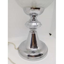 Bonita lampara de sobremesa cromada y con bola en cristal con filigranas. Años 70. Vintage.