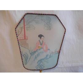 Antiguo pay pay japones en seda pintado a mano de geisha en jardin