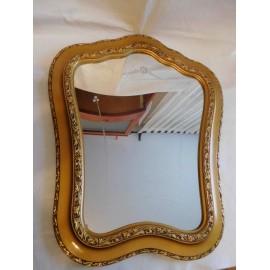 Antiguo espejo con forma original todo de madera tallada y pan de oro Art Deco circa 20 30